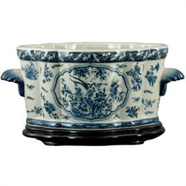 Offers wide selection of porcelain planters and pots